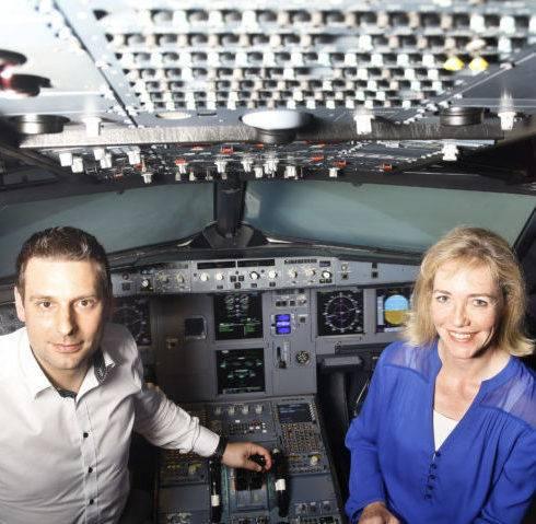 Marion Klimmer mit Pilot Mirko Miesen im Flugsimulator